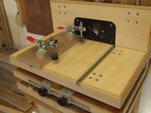 Right angled fence horizontal router table